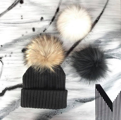 Une Tuque Doublée, 3 Pompons - Enfant 2-6 ANS / One Beanie, 3 Pompons - Kid 2-6 YEARS