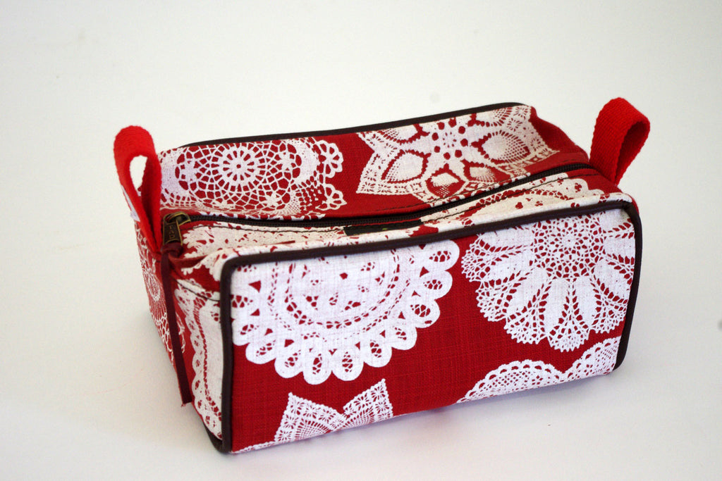 Stowe & so Toiletry Bag: Doily Design