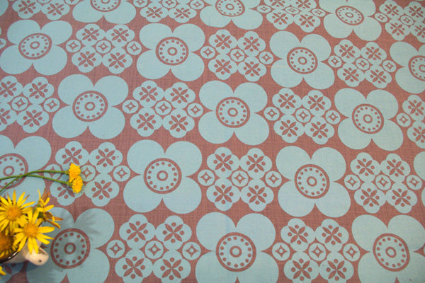 Stowe and so Table Cloth: Retro Daisy Design.