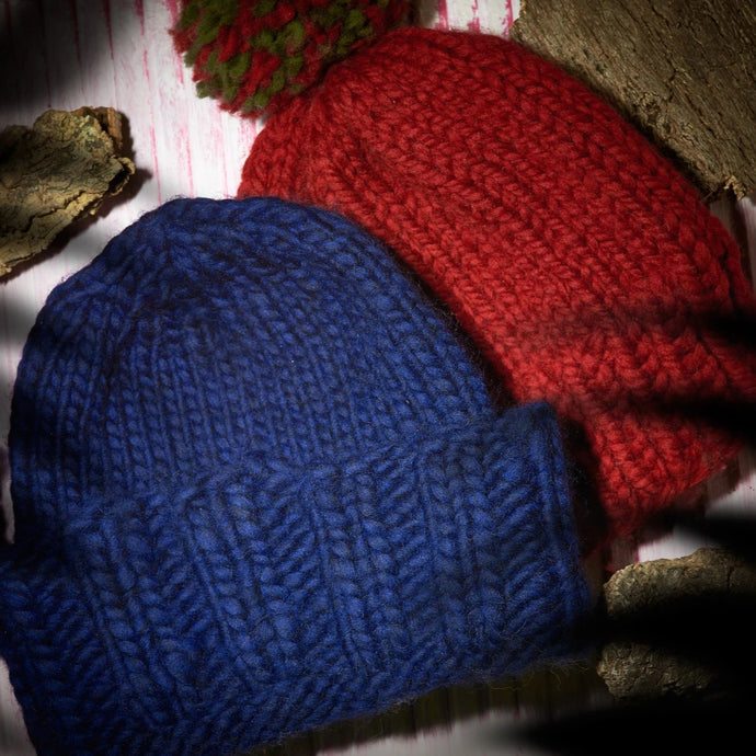 Pack of 2 hand knitted beanies, dark blue and red