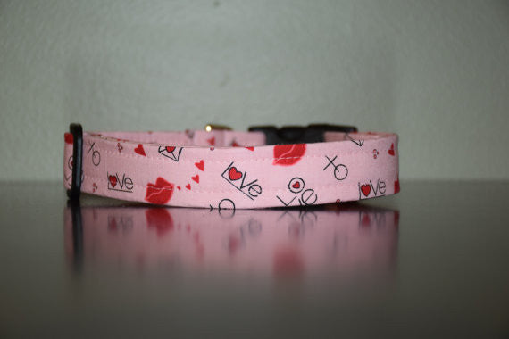 'Sealed with a Kiss' Collar