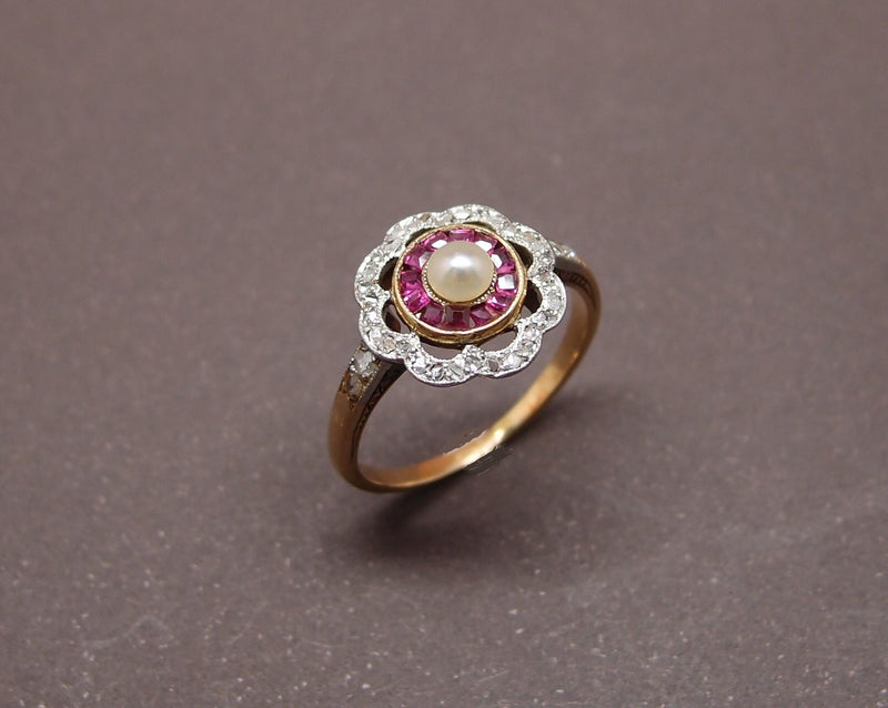 Bague 1920 , perle fine , rubis calibrés et diamants