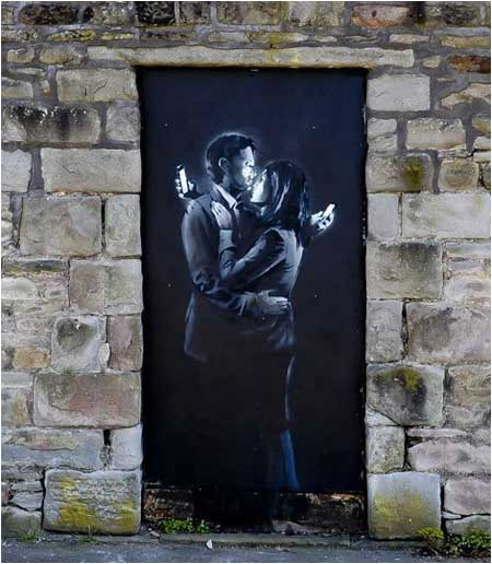https://cdn.shopify.com/s/files/1/1003/7610/files/Banksy-Mobile-Couple-canvas-print.jpg?3621974785047101867