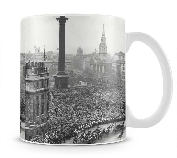 Queen Elizabeth II Wedding wedding coach in Trafalgar Square Mug