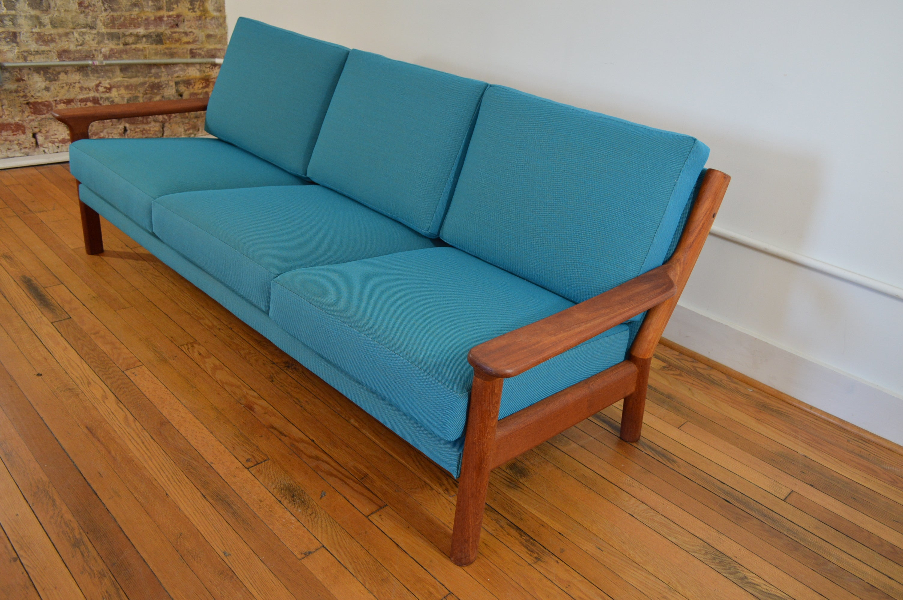 Danish teak sofa by juul kristensen for glostrup for Danish design sofa