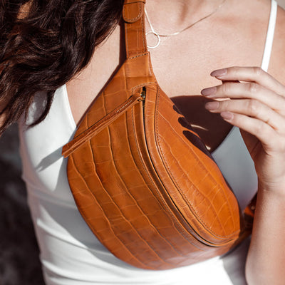 Small cognac leather fanny pack with crocodile print DAPHNY RAES