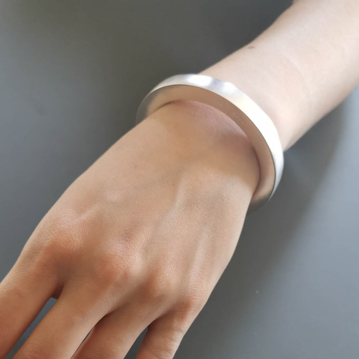 C 431 - Medium Hollow Bracelet