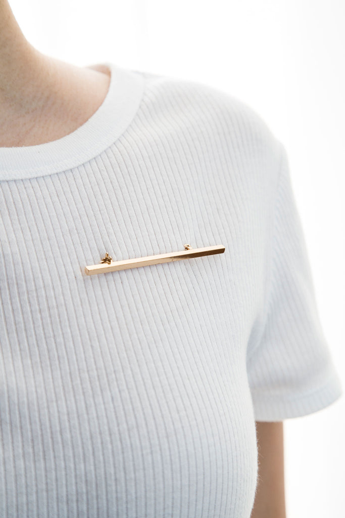 Rectilinear Pin brooch, modern accessories. A pin that brings accessorizing to a whole new level. Refined edges with a glowing brilliance, this pin accentuates a sharp look. Countless ways to match your daily look.