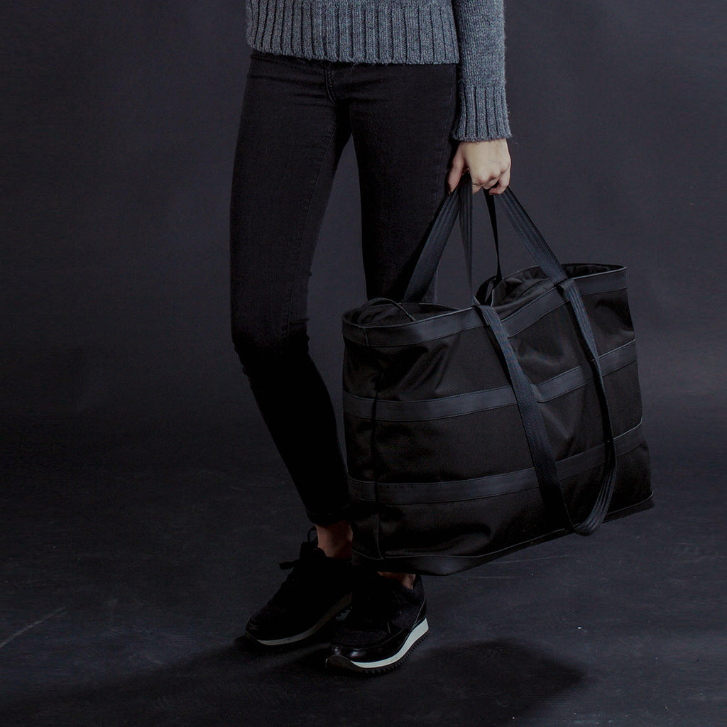 px weatherproof Invisible duffel bag - female model