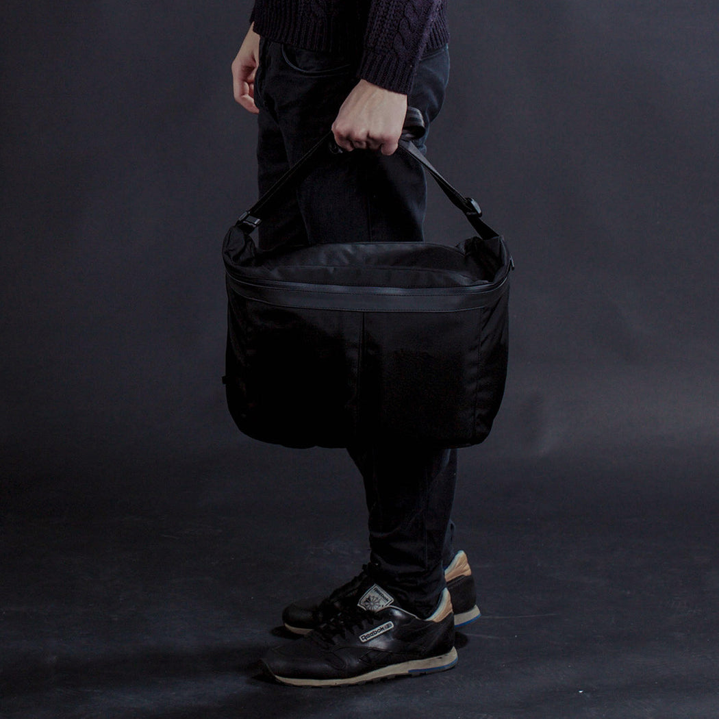 px weatherproof Invisible messenger bag - holding