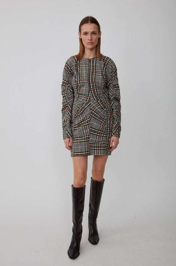 Our favourite fit for Fall by designer Just Female. This fitted checkered dress made from a recycled polyester and BCI cotton mix. The dress has a round neckline, invisible zipper in front, and long voluminous sleeves. The waist and shoulders are accentuated by seams with gathers in both front and back, which gives structure to the fitted dress.