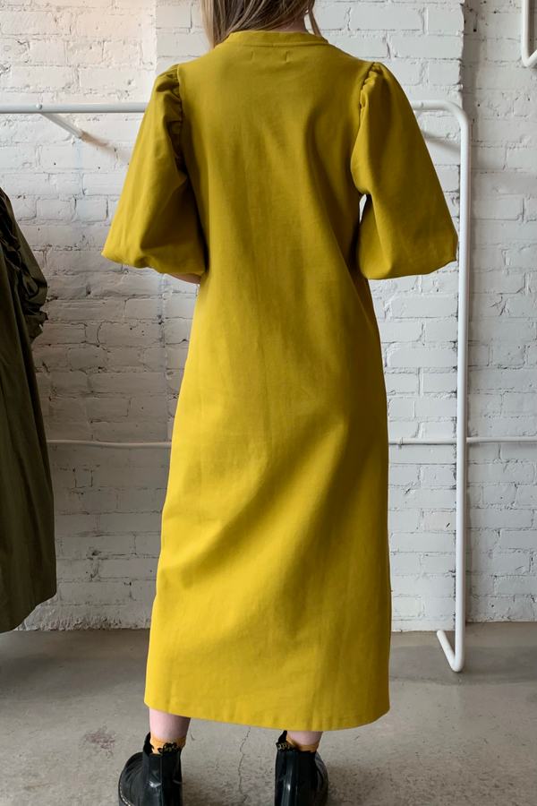 The Atenea is a knit dress featuring maxi puffy sleeves. Pair with your favourite booties or sneakers for a cool yet elegant look in this on-trend lima colour. Ethically made in Portugal out of 95% cotton and 5% elastane.
