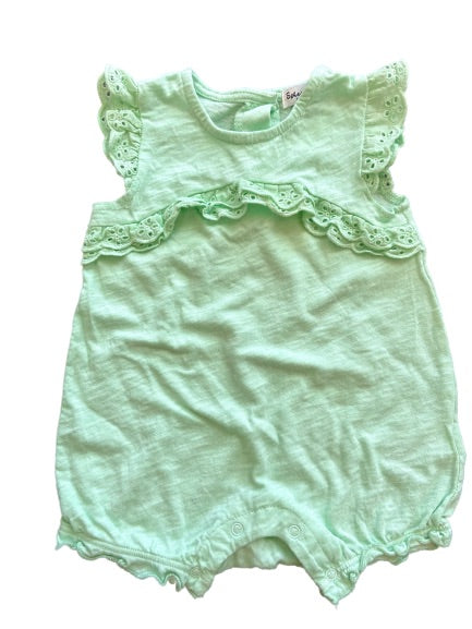 second-hand baby clothes for infants 3-6 months. Organic cotton romper, soft to the touch.