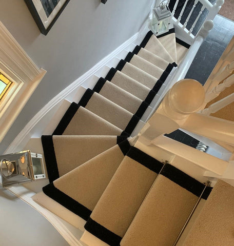 Laying carpet runner on curved stairs