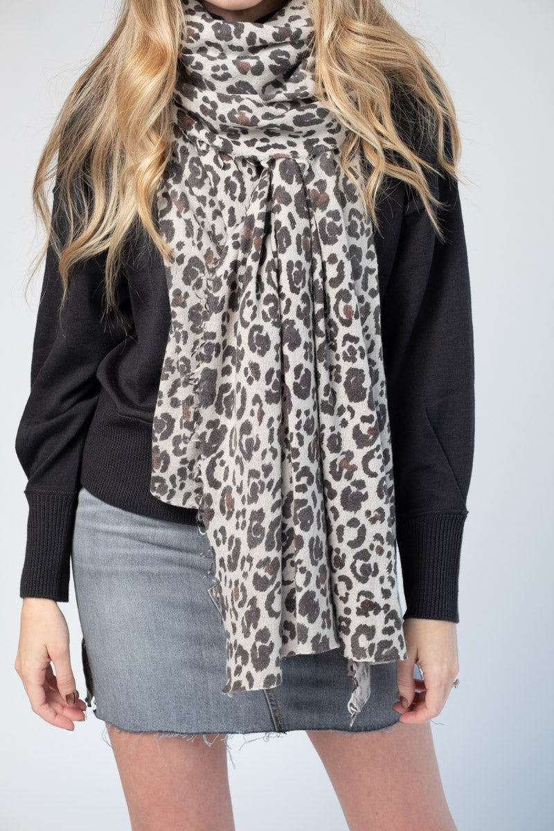 Cashmere Scarf in Animal Print Grey