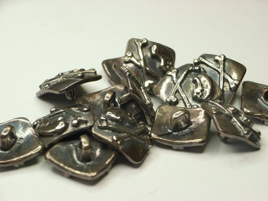 Skull & Crossbones buttons in silver - finished set