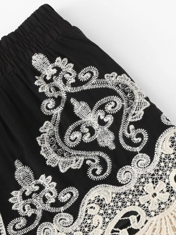 Contrast Lace Applique Shorts