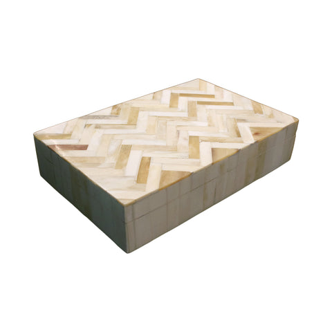 A classic rectangular horn box with delicate zig zag pattern on lid.