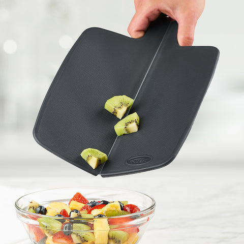 Easy-to-use foldable cutting board
