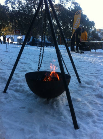 The tripod fire pit cast iron 80cm rust fire pits for Hanging fire bowl
