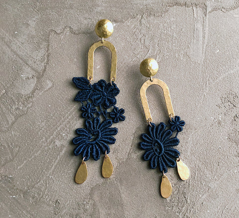 farren blue asymmetrical earrings