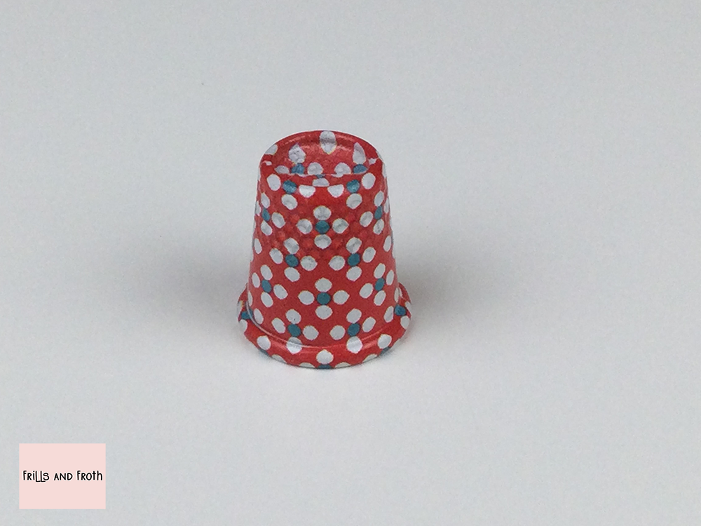 Painted thimble by Prym part of the love collection Prym Love 431151 Another beautiful item from the Prym Love collection. This medium size thimble by Prym is painted red with a pale blue and white dotted flower design. Thimble size: Medium Perfect addition to your sewing and quilting essentials.