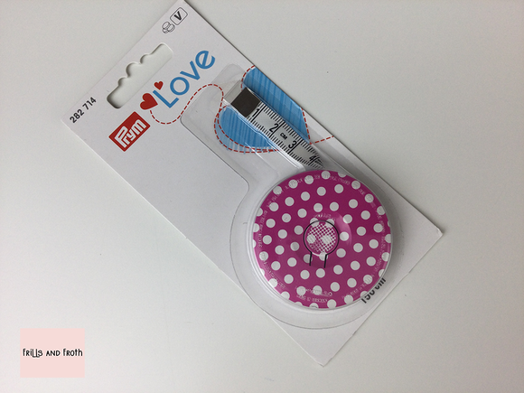 282714 Prym Love Tape Measure. Another beautiful item from the Prym Love collection. This gorgeous pink polka dot retractable tape measure would make a wonderful addition to any sewing kit. Spring/Retractable 150cm.