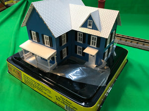 MTH 30-90590 - #6 Farm House w/ Operating Christmas Lights (Blue)