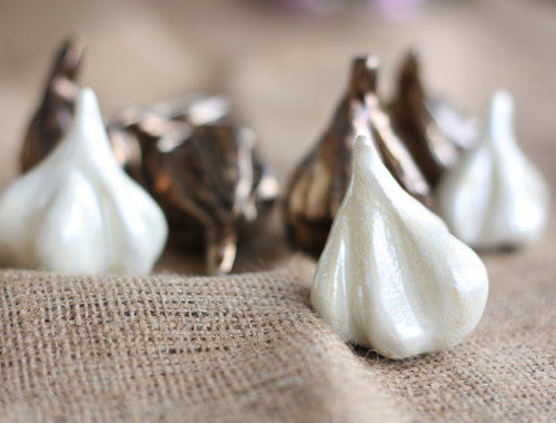 Ceramic decoration – Sculptured garlic for the home and garden