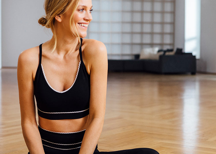 Yoga legging and bra in black with white ribbon