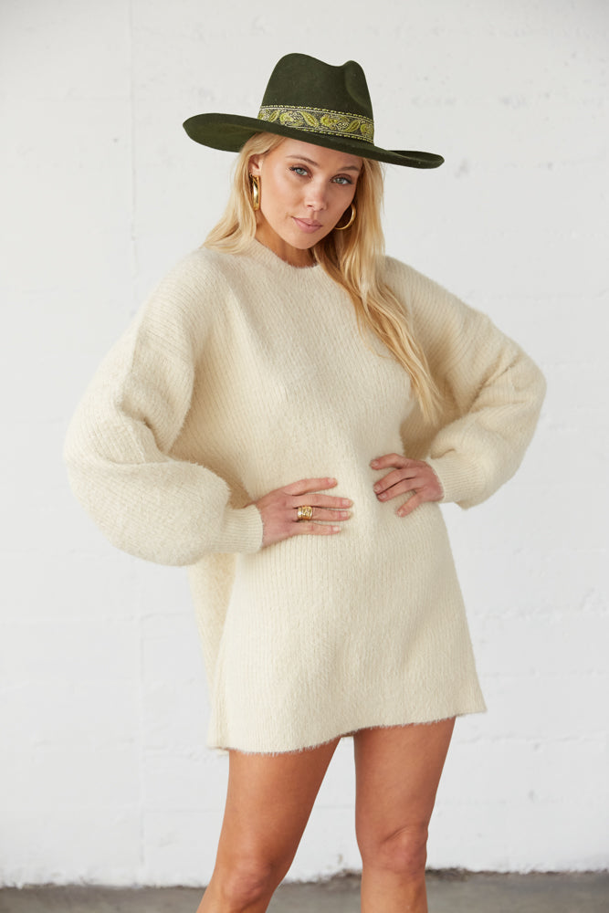 Oversized sweater with long balloon sleeves.