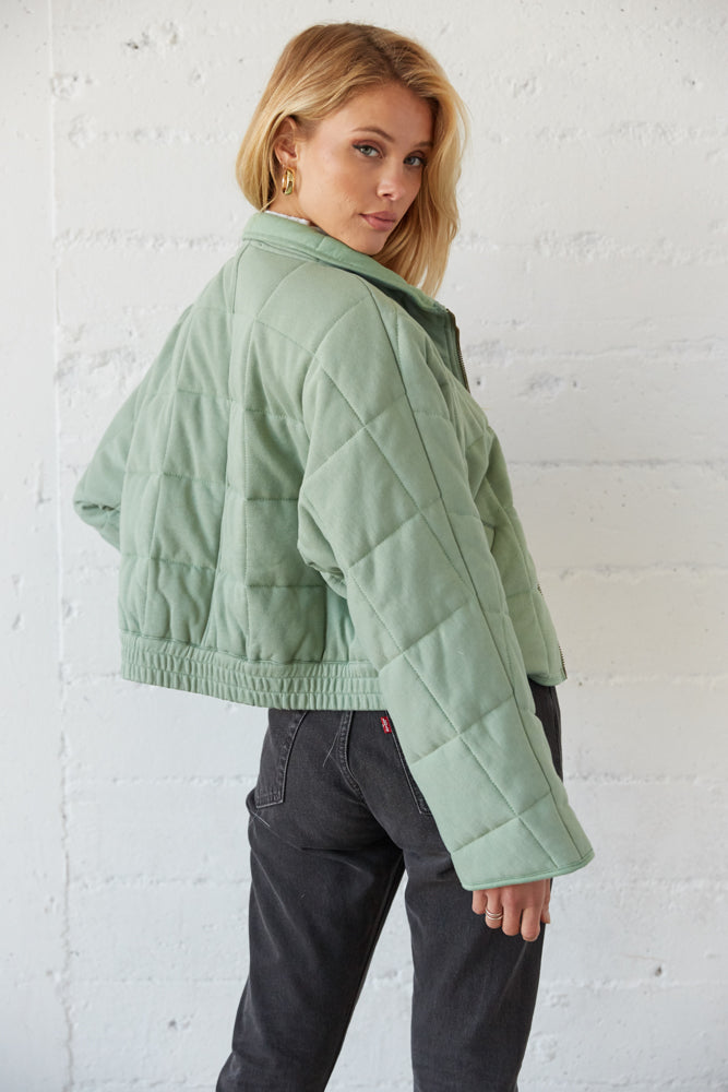 The back of this jacket is quilted with a bottom elastic band.
