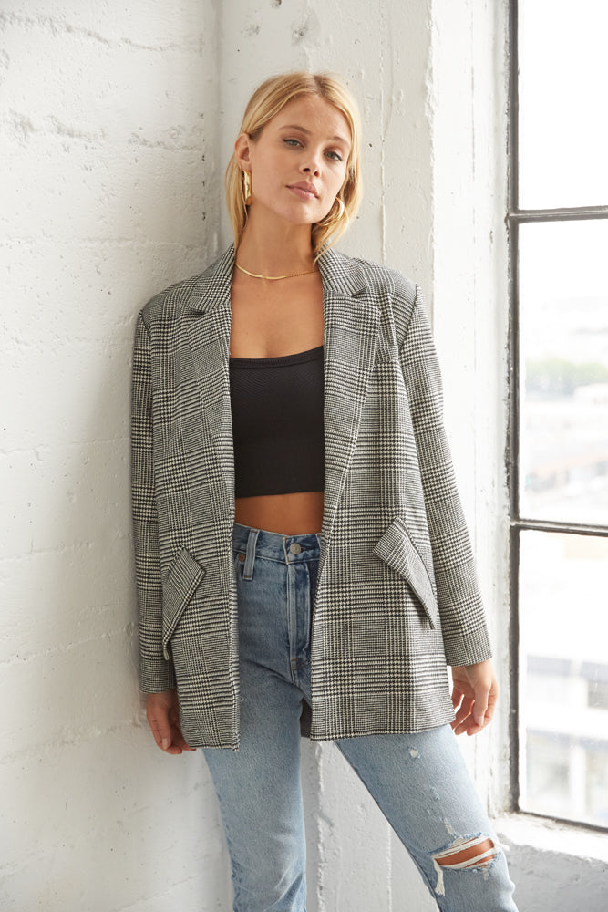 This gorgeous jacket comes in grey plaid with side pockets and long sleeves.