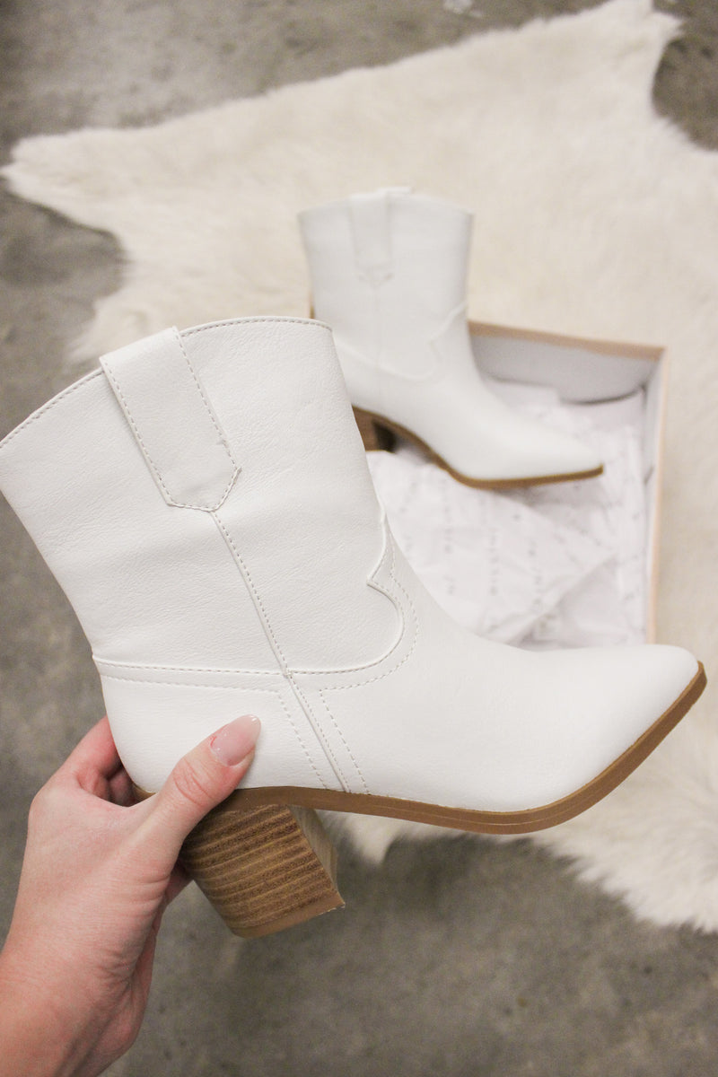 The perfect white bootie for your everyday look.
