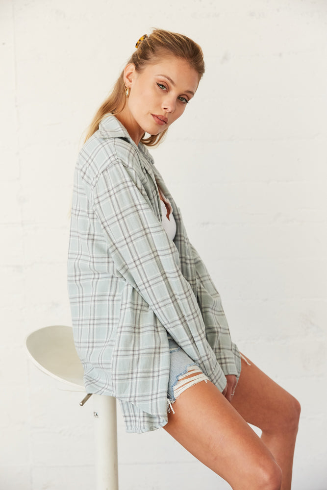 The side of this flannel is relaxed with long sleeves and a collar neckline.