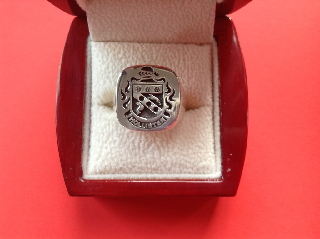 HOLLISTER ENGRAVED CREST RING