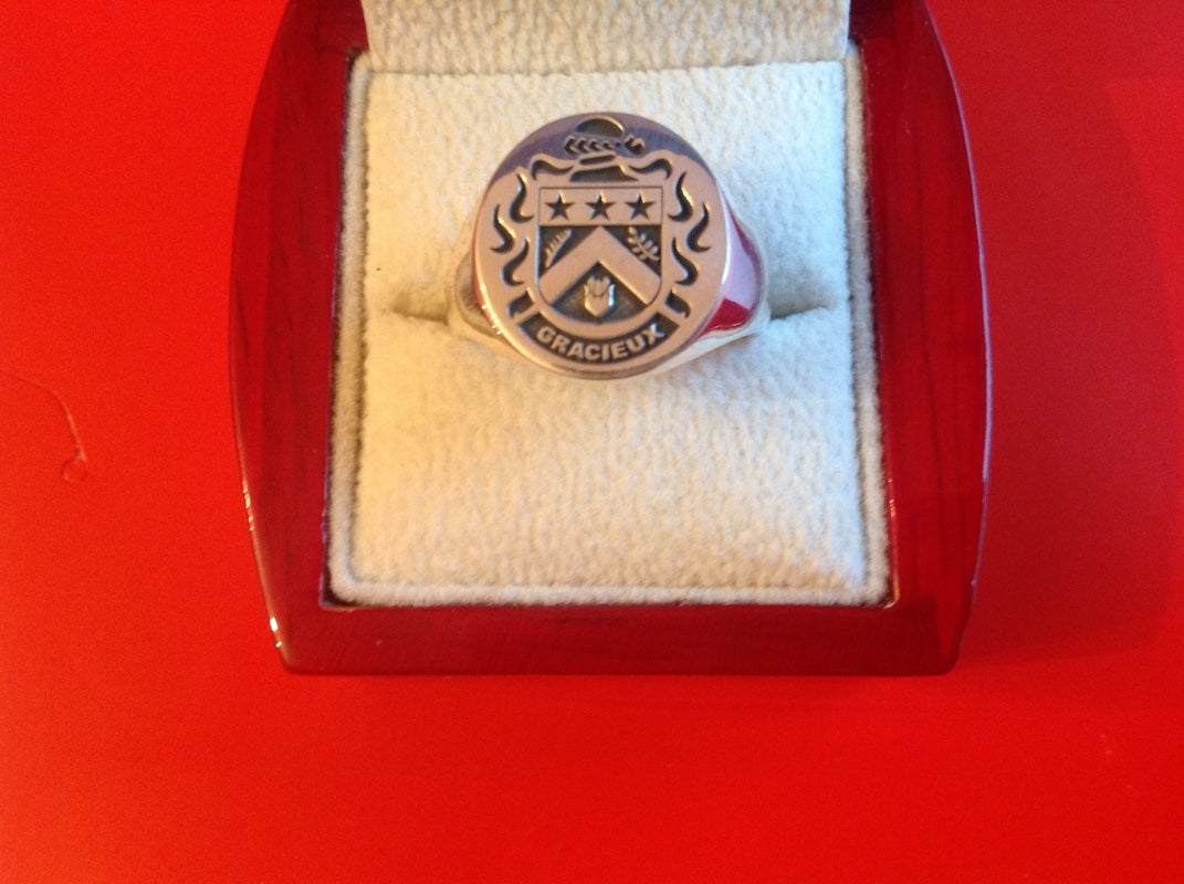 GRACIEUX ENGRAVED CREST RING