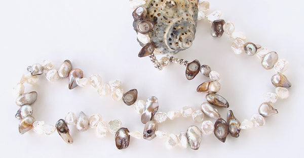 Baroque pearl necklace in white and gray