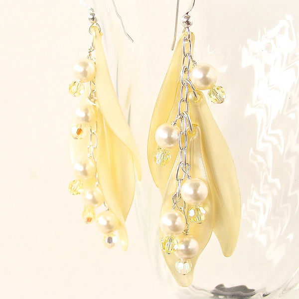 Dangle earrings in yellow