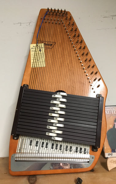 Oscar Schmidt 15-chord Autoharp w/chipboard case (used)
