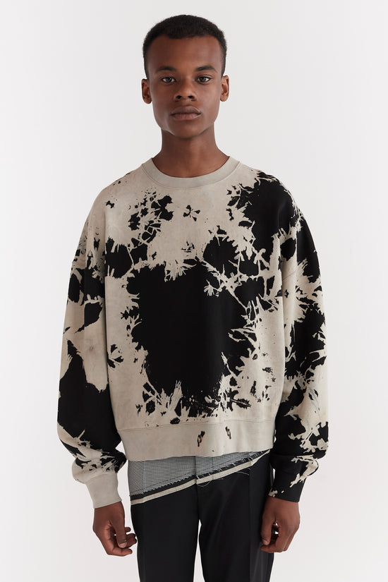 CMMN SWDN AW19 Trek is a relaxed fit sweatshirt with dropped shoulders and slight cropped body. This garment has been hand bleached, a process that creates irregular forms and each garment is therefor one of a kind and unique in its look. A celebrations of imperfection.