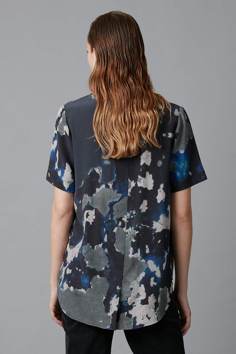 BLUE BIG SKY PRINT CHIE SILK TEE