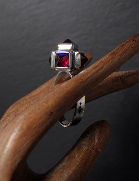 Glob Ring with Pyramidal Garnets
