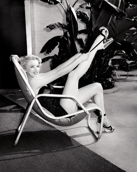 MARILYN MONROE POOLSIDE WITH LEG UP