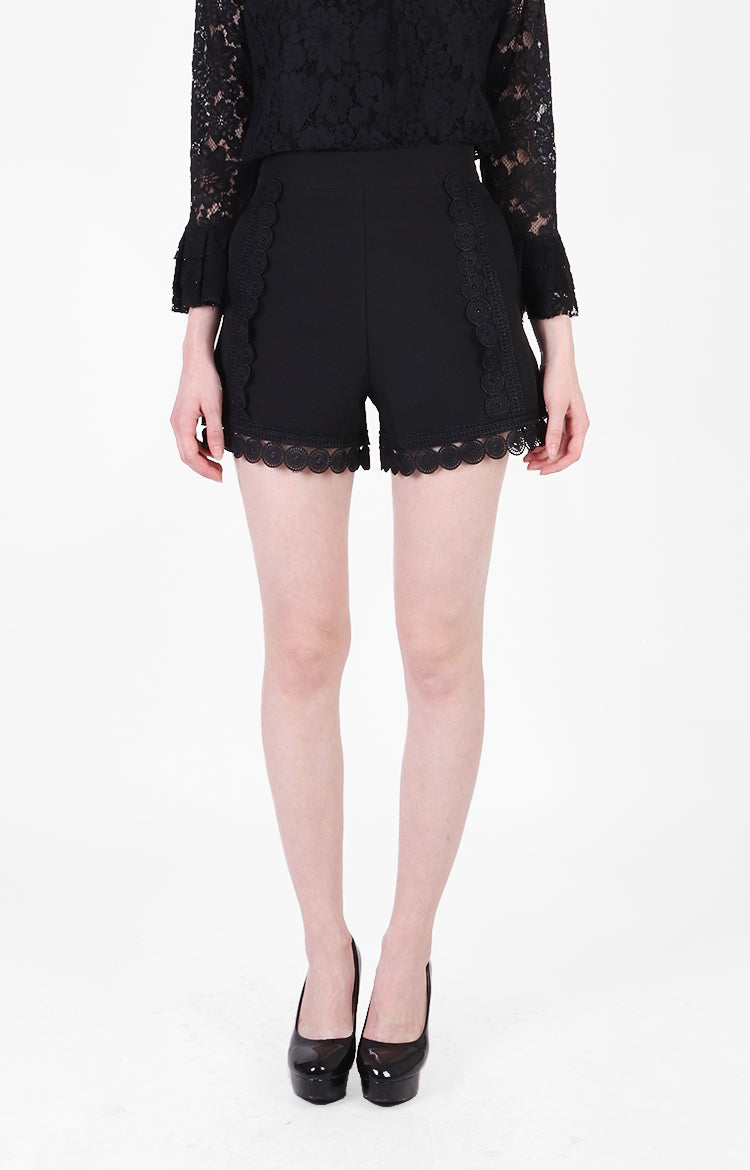 Quennie Shorts in Black