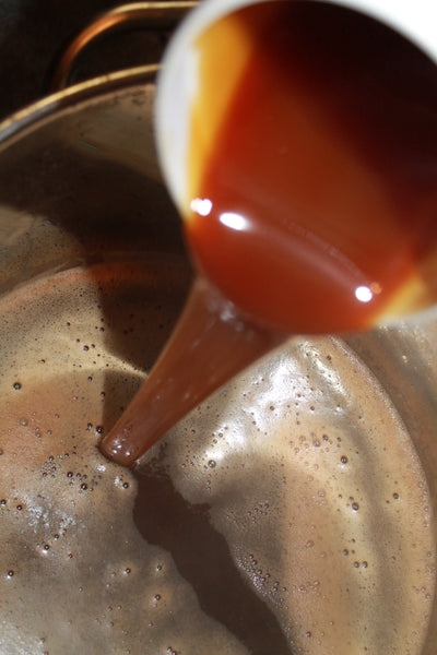adding liquid malt extract to your brew pot