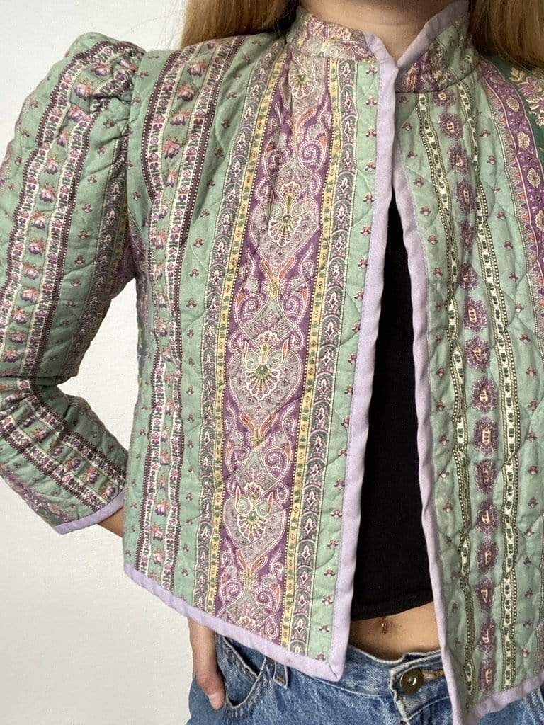Beautiful cropped vintage 80/'s jacket with nostalgic characteristics in a atmospheric floral paisley velvet