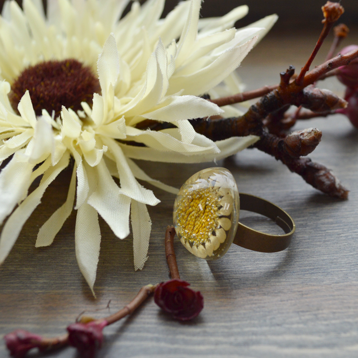 Flower the Globe in Daisies Ring