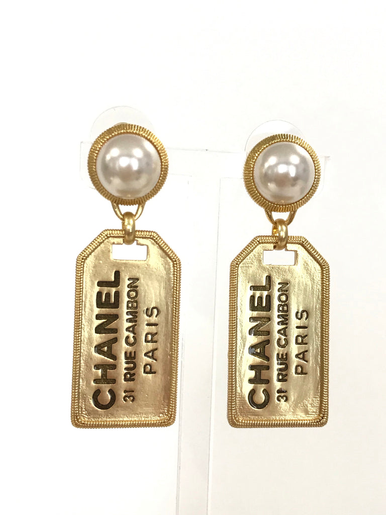 CHANEL 31 RUE CAMBON PARIS White Pearl Gold Tag Earrings