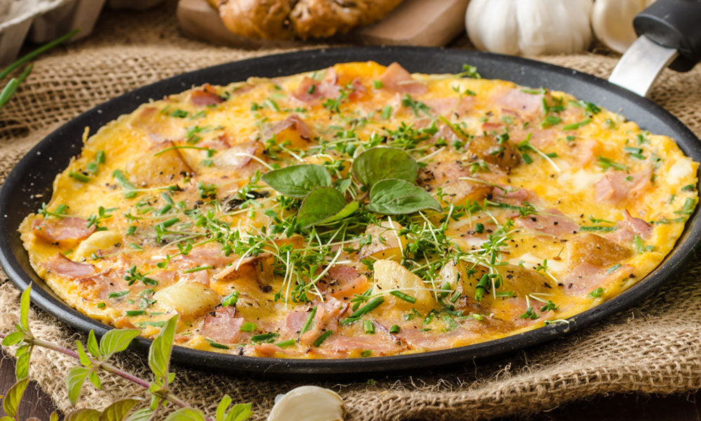 Simple-omelette-with-garlic-ham-and-bacon-seasoning